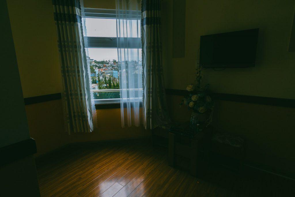 donkere houten vloer laten leggen