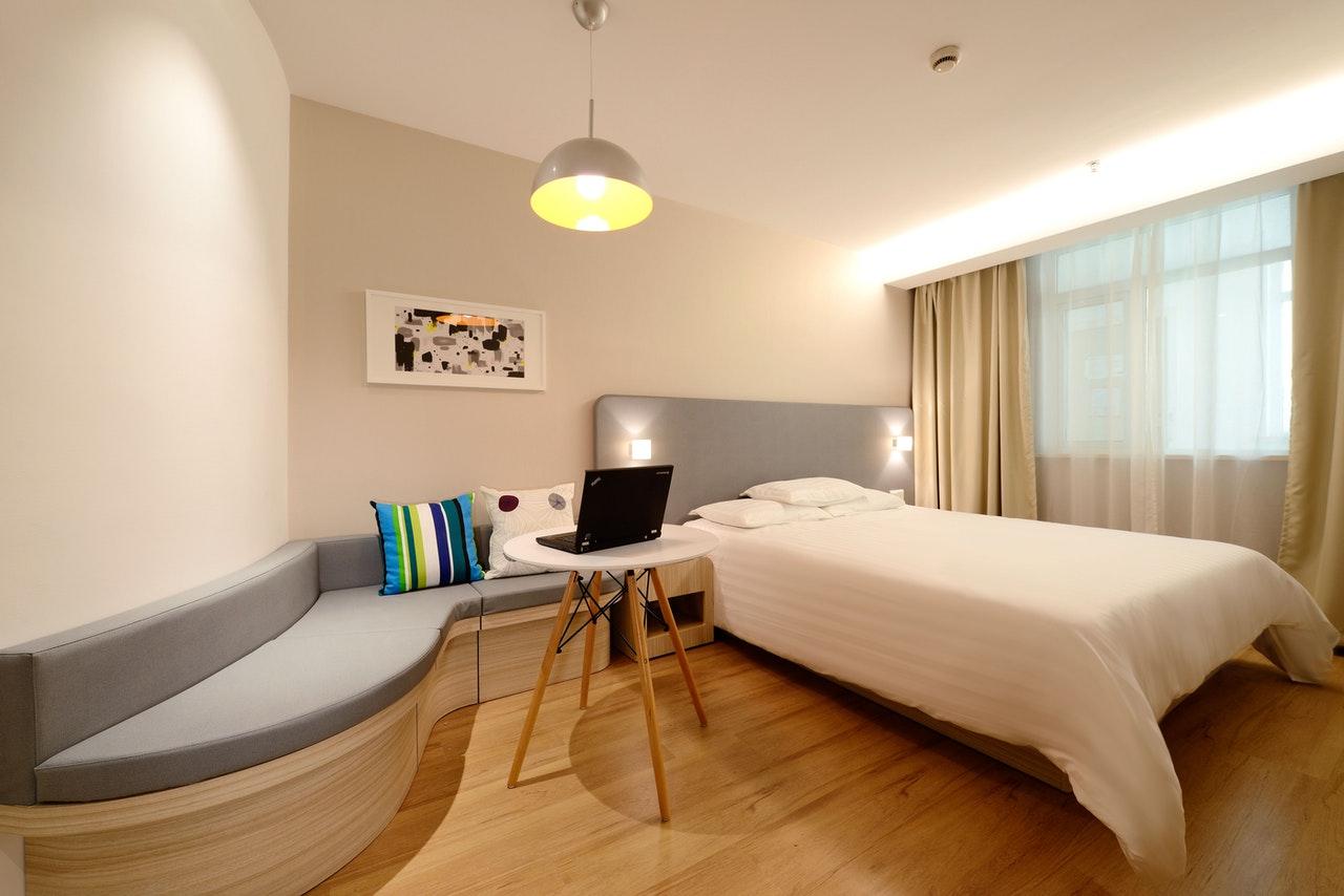 slaapkamer met tafel