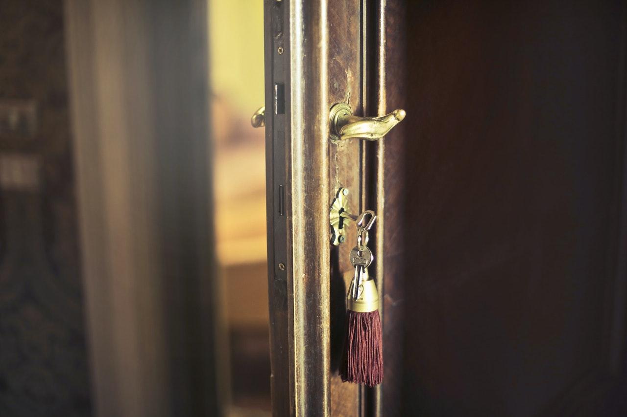 sleutel met trinket in armoedige deur