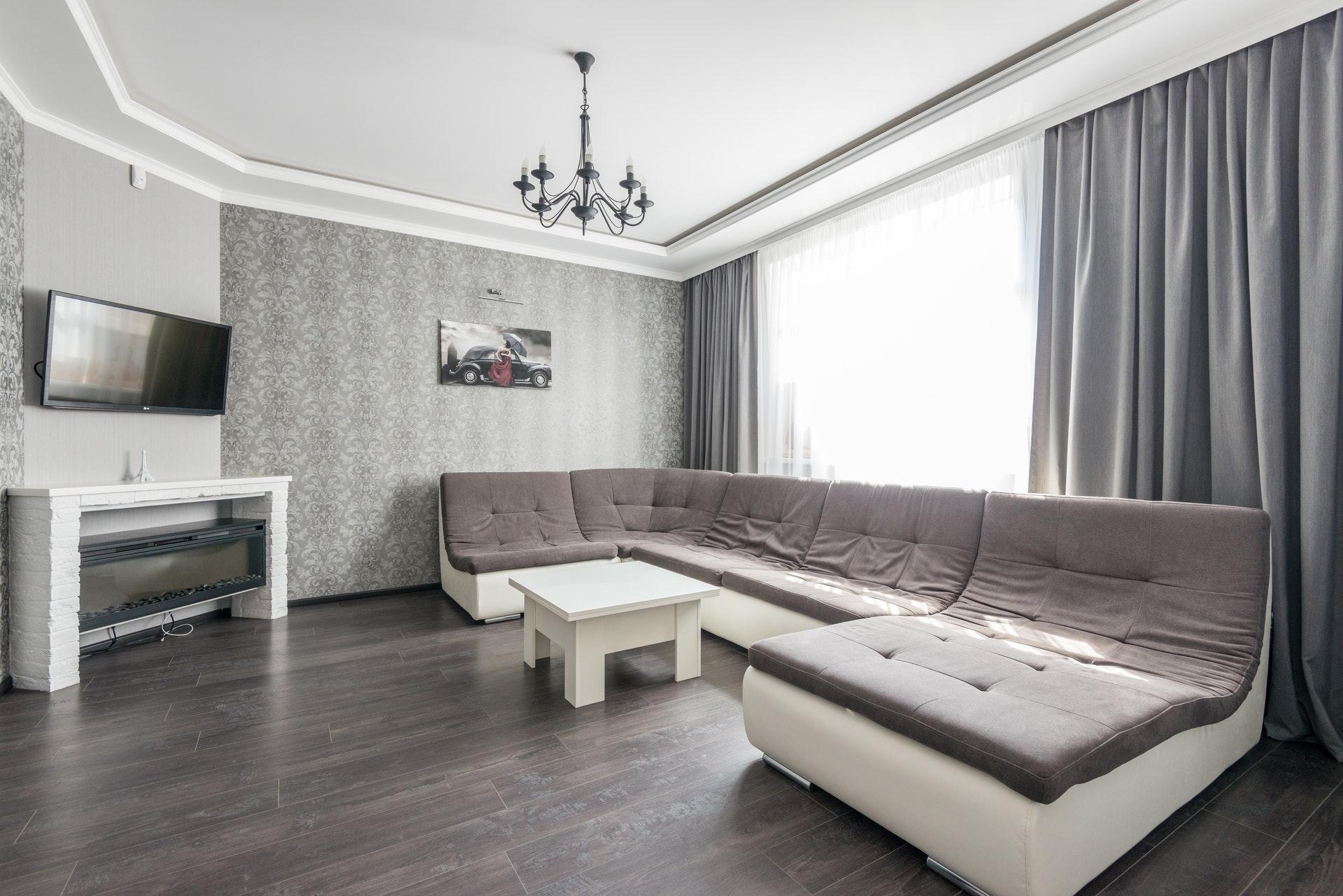 grijze bank in woonkamer