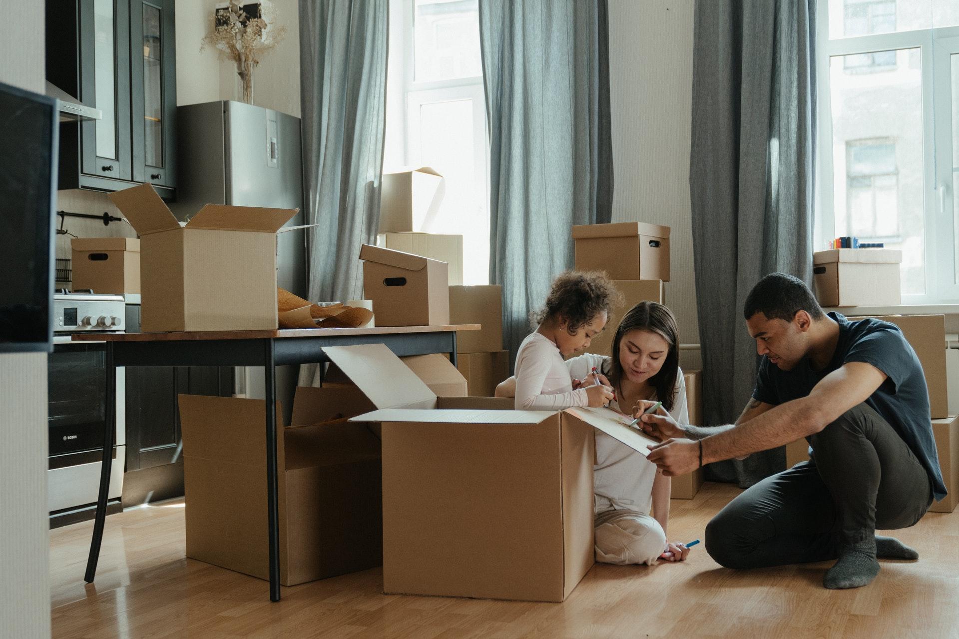 huiskamer verhuisdoos uitpakken